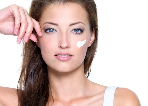 Mujer con crema en la cara.