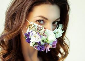 Mujer con mascarilla de flores